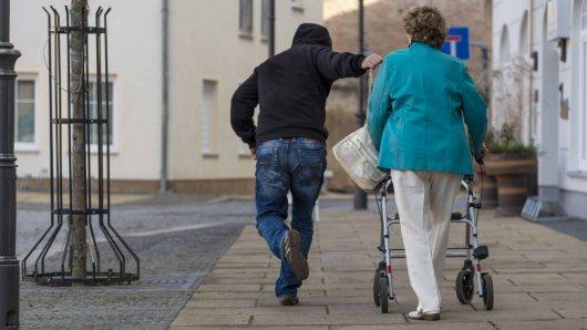 In Essen haben zwei junge Männer eine Renterin (81) überfallen.