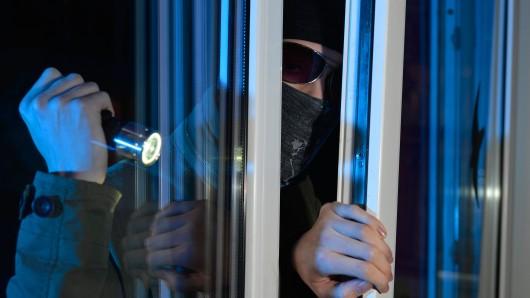 Vier Jugendliche brachen in der Nacht auf Sonntag in eine Wohnung ein. Der Grund ist fassungslos. (Symbolbild)