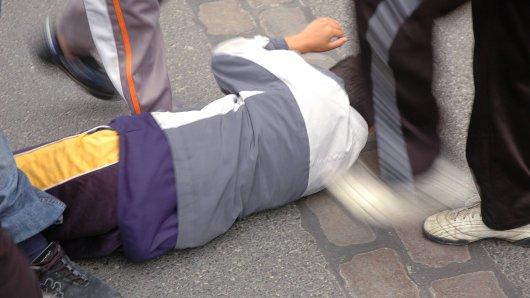 Am Freitagabend wurde ein 24-Jähriger in Essen übel verprügelt. Die Täter gaben auch dann noch nicht auf, als er schon lange auf dem Boden lag.  (Symbolbild)