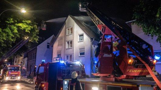 Nach einem Blitzeinschlag brannte ein Dachstuhl in Bochum-Hofstede.
