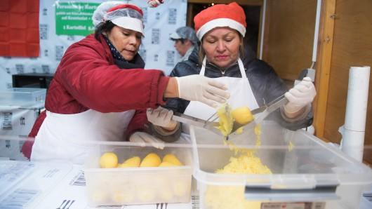 Carmen und Lydia verkaufen in Bochum die peruanischen Kartoffeln.