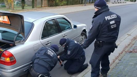 Die Beamten der Bereitschaftspolizei wechselten den Reifen eines Seniors (96). Der bedankte sich anschließend mit einem Handkuss.