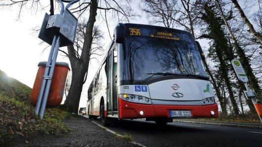 In Bochum ist eine Frau im Bus auf den Fahrer losgegangen. (Symbolbild)