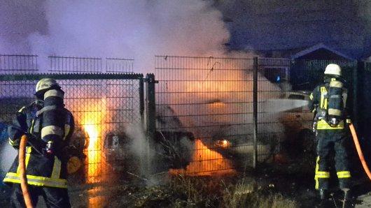 Die Feuerwehr Bochum musste mehrere brennende Autos löschen.