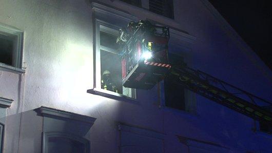 Über zwei Drehleitern musste die Feuerwehr in Bochum 16 Hausbewohner retten.