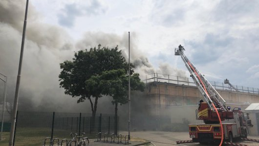 In Bochum-Querenburg steht eine Turnhalle in Flammen.