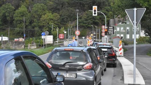 Wenn die S-Bahn parallel zur Ruhr an der Brücke vorbeifährt, müssen Autofahrer auch schon mal länger warten.