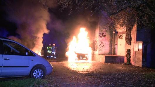 Mehrere Fahrzeuge brannten in der Nacht von Donnerstag auf Freitag in Bochum.