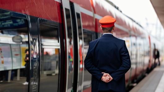 Ein Mann wurde in Bochum aus dem Zug geworfen, weil er keine Schutzmaske trug. Wenige Stunden später traf nahm er brutal Rache. (Symbolbild)