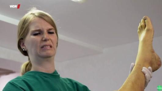 WDR: Die junge Lena tritt in Bochum eine Ausbildung zur Bestatterin an.