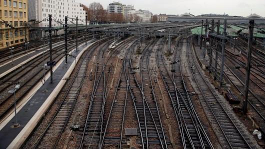 Am Bochumer Hauptbahnhof torkelte am Montagabend ein Mann zwischen den Gleisen umher. (Symbolbild)