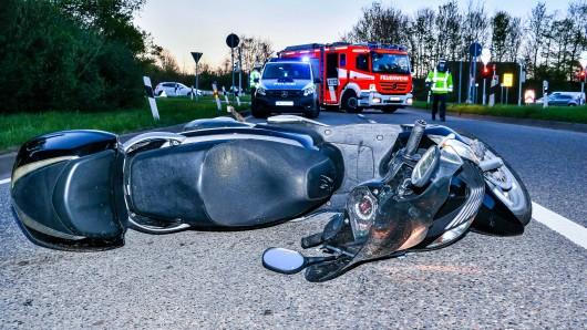 In Bochum hat eine Autofahrerin einen Rollerfahrer übersehen und damit einen schweren Unfall verursacht. (Symbolbild)