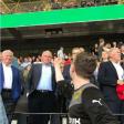 Der BVB-Fan streckt Uli Hoeneß den Mittelfinger entgegen - doch den lässt das eher kalt.