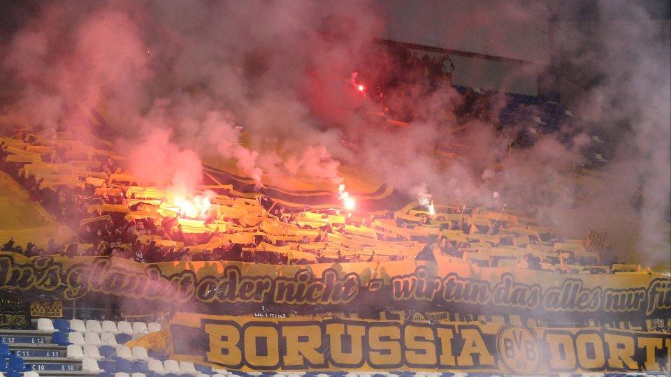 Aus dem Dortmunder Block flog eine Leuchtrakete auf das Spielfeld.