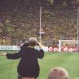"""Matthias Kartner singt """"Olé, jetzt kommt der BVB"""" live vor der Südtribüne."""