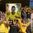 Die BVB-Fans feierten Lukasz Piszczek für ein enorm wichtiges Tor.