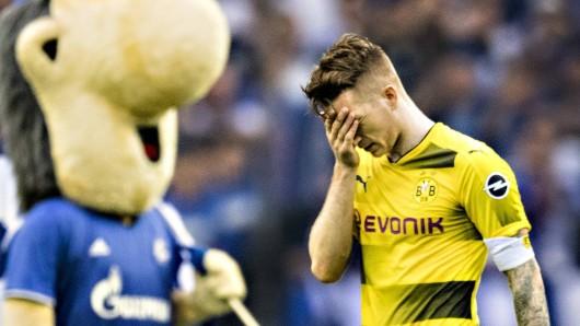 Marco Reus verlässt nach der Derby-Niederlage frustriert den Platz.