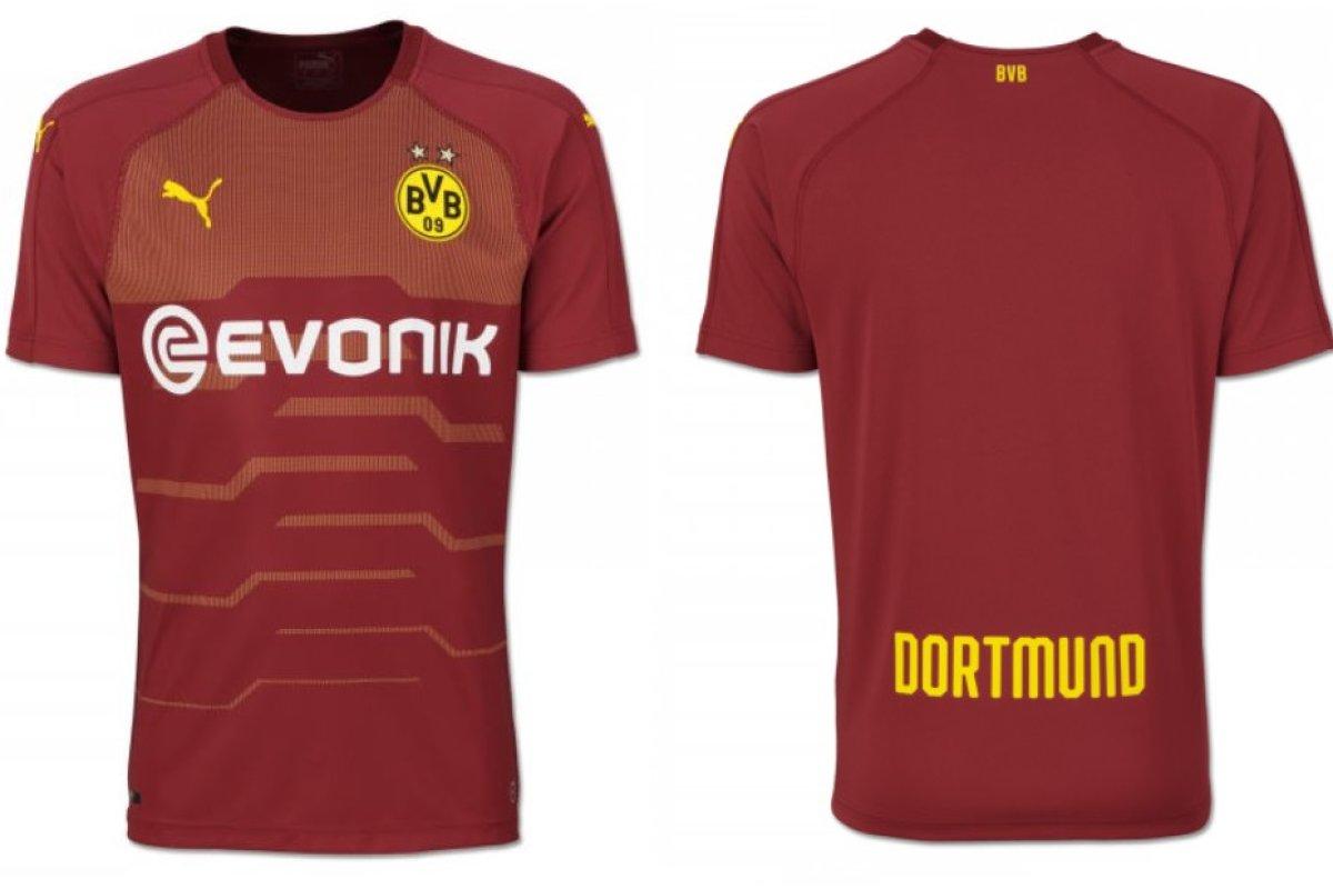 promo code c6ed6 4c0fc Borussia Dortmund läuft 2018/2019 in weinrotem Trikot auf ...