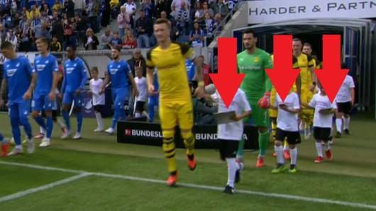 Beim Spiel zwischen 1899 Hoffenheim und Borussia Dortmund starrten die Einlaufkinden einzig auf ihre Handys.