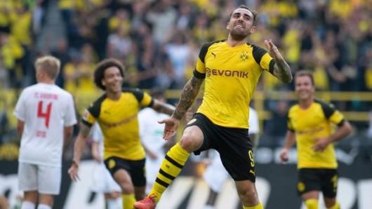 Dortmunds Paco Alcacer (M) jubelt über seinen Treffer zum 4:3 in der Nachspielzeit.