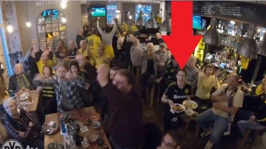 Beim Spiel zwischen Schalke und Dortmund hatte diese Kellnerin einen Arbeitstag zum Vergessen.