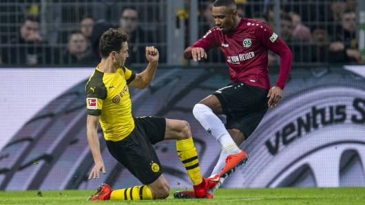 Im Spiel zwischen Borussia Dortmund und Hannover 96 trat Thomas Delaney seinen Gegenspieler Noah Bazee im eigenen Strafraum um. Die Schiedsichter interessierte das nicht.