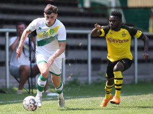 2018 spielte Simon Power noch gegen Borussia Dortmund, jetzt könnte er bald das schwarz-gelbe Trikot tragen.