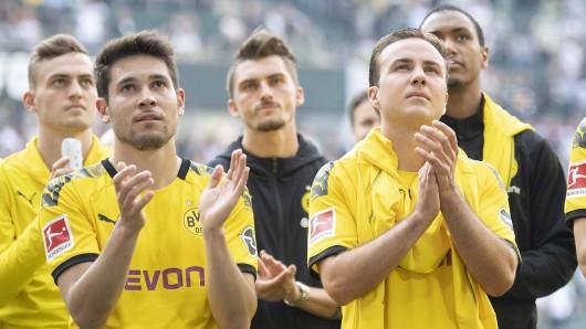 Borussia Dortmund lässt Raphael Guerreiro (l.) offenbar für ein minimales Transferplus ziehen.