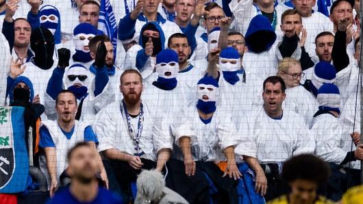 Maskierte Schalke-Fans beim Derby gegen Borussia Dortmund.