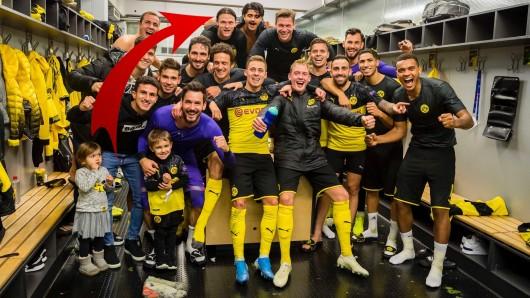 Auf dem Siegerfoto von Borussia Dortmund haben Fans ein lustiges Detail entdeckt.