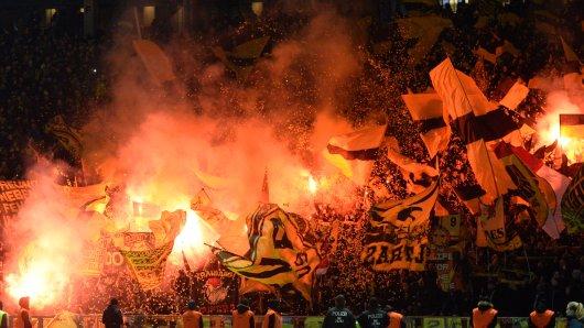 In Berlin zündeten die Fans von Borussia Dortmund Pyrotechnik. In Bremen dürfen sie eventuell gar nicht ins Stadion.