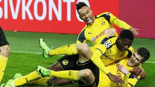 Pierre-Emereick Aubameyang (oben) und Ousmane Dembele (Mitte) bejubeln einen Treffer von Christian Pulisic (unten). Mittlerweile spielt keiner der drei mehr für Borussia Dortmund.