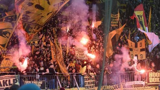 Vor dem Spiel zwischen Leverkusen und Dortmund zündeten die BVB-Fans Pyrotechnik. Während des Spiels brannten die Mannschaften auf dem Rasen ein Feuerwerk ab.