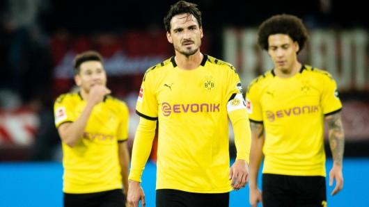 Mats Hummels (vorne), Axel Witsel (r.) und Raphael Guerreiro laufen in Leverkusen enttäuscht über den Platz.