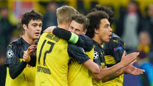Die Spieler von Borussia Dortmund feierten nach dem Spiel gegen Paris ausgiebig mit den BVB-Fans.