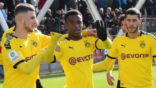 Youssoufa Moukoko zeigt hier an, wie viele Tore er gefühlt jede Woche für die U19 von Borussia Dortmund erzielt.