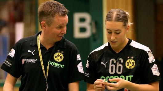 Trainer Andre Fuhr und seine Spielerinnen können sich bei Borussia Dortmund den Handball-Titel in diesem Jahr abschminken.