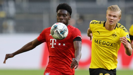 Borussia Dortmund - FC Bayern München: Alphonso Davies läuft Erling Haaland davon.