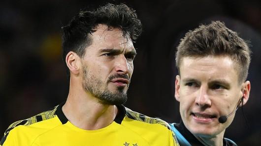 Bei Borussia Dortmund ärgern sich frustrierte Fans über die folgenschwere Gelbe Karte für Mats Hummels.