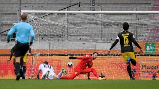 BVB-Torhüter Roman Bürki kann auch das 2:0 des FC Augsburg nicht verhindern.