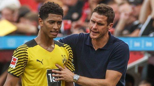 Borussia Dortmund: Sebastian Kehl (r.) im Gespräch mit Jude Bellingham.