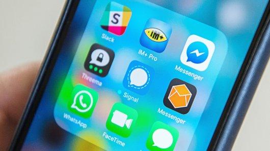 """ARCHIV - ILLUSTRATION - Die Instant Messenger """"Slack"""" (von oben, l-r), """"IM+ Pro"""", """"Facebook Messenger"""", """"Threema"""", """"Signal"""", """"Protonet Messenger"""", """"WhatsApp"""", """"FaceTime"""" und """"Apple Nachrichten"""" werden auf einem Mobiltelefon angezeigt, aufgenommen am 24.06.2016. Die Polizei in Bayern will ihre Streifenbeamten jetzt mit einem eigenen Messengerdienst ausrüsten. (Zu dpa/lby """"Neuer Polizei-Messengerdienst für Bayerns Streifenbeamte"""" vom 26.05.2017) Foto: Wolfram Kastl/dpa +++(c) dpa - Bildfunk+++"""