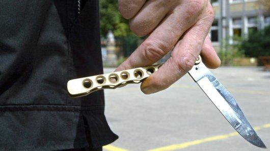 Mit Messern, Schlagstöcken und einer Pistole erpressten die mutmaßlichen Täter ihre Opfer. Am Mittwochmorgen konnten sie festgenommen werden. (Symbolfoto)