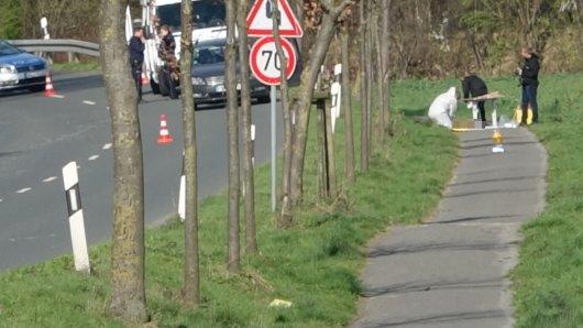 Auf dem Fahrradweg an dieser Landstraße in Holzwickede wurde die Frauenleiche gefunden.