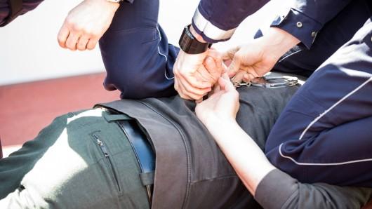 Die Polizei nimmt einen gesuchten Sexualstraftäter in Siegen fest. (Symbolbild)