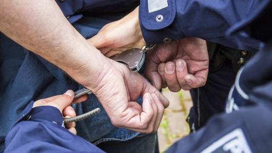Nachdem der 18-Jährige gefesselt worden war, ließ er üble Bedrohungen ab.