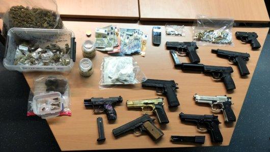 Bei einem mutmaßlichen Drogenhändler wurden zahlreiche Waffen sichergestellt.