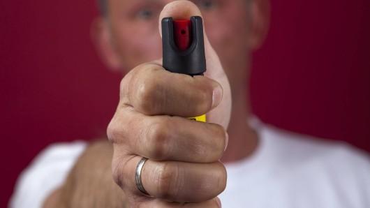 Einer der mutmaßlichen Einbrecher griff einen Polizisten mit Pfefferspray an. (Symbolfoto)