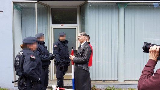 """Auch der """"Holland-Hitler"""" ist vor Beginn der Demo durch die Polizei auf Waffen kontrolliert worden."""