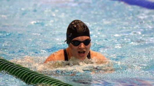Janine Gallisch aus Dortmund kämpft als blinde Schwimmer bei Wettbewerben um Gold.